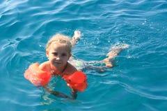 Het zwemmen van het meisje in het overzees Royalty-vrije Stock Fotografie