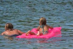 Het zwemmen van vrienden Royalty-vrije Stock Afbeelding