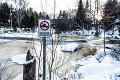 Het zwemmen is verboden in de wintertijd royalty-vrije stock foto's