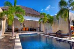 Het zwemmen in villa Royalty-vrije Stock Afbeeldingen