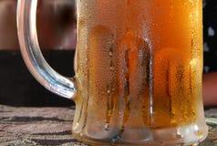 Het zweten en ijzige biermok Royalty-vrije Stock Foto's