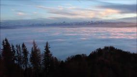 Het Zwitserse bergpanorama plakken uit het overzees van mist stock footage