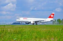 Het Zwitserse vliegtuig van de Internationale luchtvaartmaatschappijenluchtbus A320 berijdt op de baan na aankomst in de Internat royalty-vrije stock afbeelding