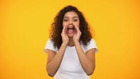 HetAmerikaanse vrouwelijke schreeuwen aan camera, die aandacht, advies proberen te besteden stock video
