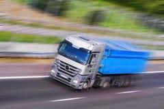 Hetblauwe Vrachtwagen Lopen Royalty-vrije Stock Afbeelding