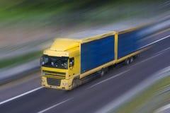 Hetblauwe Vrachtwagen Lopen Royalty-vrije Stock Afbeeldingen