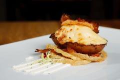 Hete Aardappel in de schil met kaas en bacon Royalty-vrije Stock Foto's