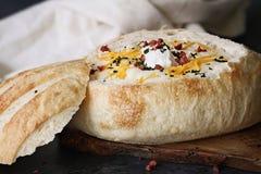Hete Aardappelsoep in een Kom van het Zuurdesembrood Royalty-vrije Stock Afbeeldingen