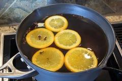 Hete Apple-Cider in het Koken van Pot Stock Afbeeldingen