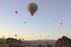 Hete Ballons die op de Hemelachtergrond vliegen stock foto