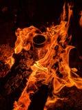 Hete brand op een koude nacht stock fotografie
