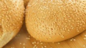 Hete broodjes met sesam in rieten mand stock footage