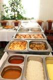 Hete buffetmaaltijd die in metaalschotels wordt getoond royalty-vrije stock fotografie