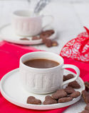 Hete cacao en koekjesharten Selectieve nadruk Stock Foto's