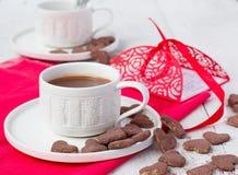 Hete cacao en koekjesharten Selectieve nadruk Stock Fotografie
