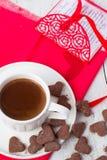 Hete cacao en koekjesharten Selectieve nadruk Royalty-vrije Stock Fotografie