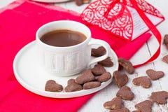 Hete cacao en koekjesharten Selectieve nadruk Royalty-vrije Stock Foto
