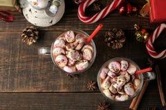 Hete cacao met heemst in een glaskop op een bruine houten achtergrond de hoogste meningswinter Nieuw jaar Kerstmis boomgiften royalty-vrije stock afbeeldingen