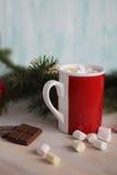 Hete cacao met heemst en chocolade op lijst Stock Afbeelding