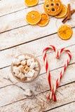 Hete cacao met heemst op witte rustieke achtergrond Hoogste mening Stock Foto