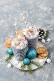 Hete cacao met Kerstmisdecor Stock Afbeeldingen