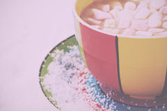 Hete chocolade in een heldere kleurrijke kop Uitstekende Retro Filter stock fotografie