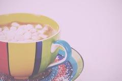 Hete chocolade in een heldere kleurrijke kop Uitstekende Retro Filter stock afbeeldingen