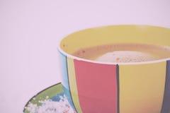 Hete chocolade in een heldere kleurrijke kop Uitstekende Retro Filter stock foto's