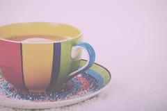 Hete chocolade in een heldere kleurrijke kop Uitstekende Retro Filter stock foto
