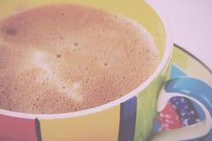 Hete chocolade in een heldere kleurrijke kop Uitstekende Retro Filter royalty-vrije stock foto's