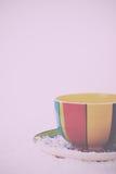 Hete chocolade in een heldere kleurrijke kop Uitstekende Retro Filter stock afbeelding