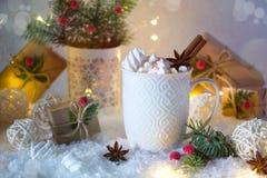 Hete chocolade in een witte kop met heemst en Kerstmisgiften Stock Fotografie