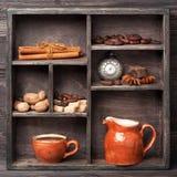 Hete chocolade, kruiden, cacaobonen. Uitstekende collage. Royalty-vrije Stock Afbeelding