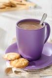 Hete chocolade met amandelkoekjes stock afbeeldingen