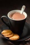 Hete chocolade met boterkoekjes stock afbeelding