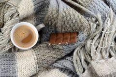 Hete chocolade met gebreide sjaal in voorredacteur van de winternotitie: Stock Foto