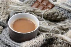 Hete chocolade met gebreide sjaal in voorredacteur van de winternotitie: Royalty-vrije Stock Foto