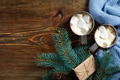 Hete chocolade met heemst Mok hete koffie met heemst op de houten achtergrond Nieuw jaar Royalty-vrije Stock Afbeeldingen
