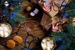 Hete chocolade met heemst Mok hete koffie met heemst, rood suikergoedriet op de houten achtergrond Nieuw jaar Stock Foto