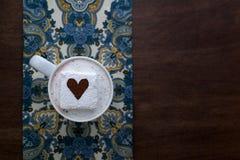 Hete Chocolade met het Cacao Bestrooide Servet en het Hout van de Hartheemst Royalty-vrije Stock Afbeelding