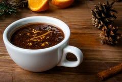 Hete chocolade met kruiden, oranje en oranje schil stock fotografie