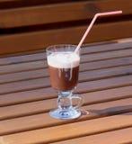 Hete chocolade met room in een glasdrinkbeker Royalty-vrije Stock Fotografie