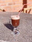 Hete chocolade met room in een glasdrinkbeker Royalty-vrije Stock Afbeelding