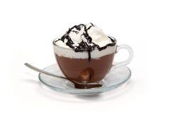 Hete chocolade met room en stroop in glaskop Royalty-vrije Stock Afbeelding