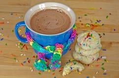 Hete chocoladedrank en koekjes Stock Afbeeldingen