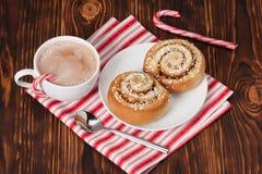 Hete chocoladedrank Kaneelwervelingen Kerstmis Royalty-vrije Stock Afbeeldingen