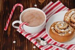 Hete chocoladedrank Kaneelwervelingen Kerstmis Stock Afbeeldingen