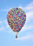 Hete die luchtballon van Ballons wordt gemaakt Ballon die in bewolkte blauwe hemel vliegen Op Royalty-vrije Stock Afbeeldingen