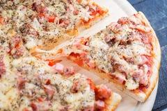 Hete die Pizza met Plakbesnoeiing op de Houten Bovenkant wordt gescheiden Als achtergrond Royalty-vrije Stock Fotografie