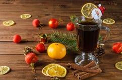 Hete drank en Kerstmisballen op houten achtergrond Stock Foto's